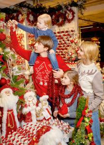 Алексей Ягудин с семьей в свитерах Снег идет